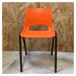 Chaise en plastique orange